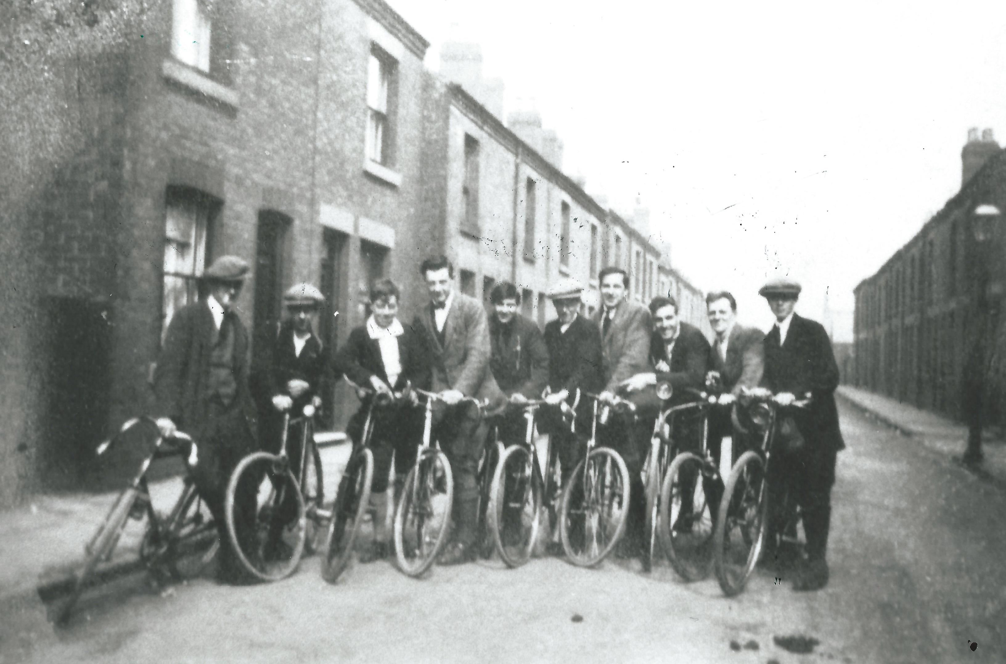 c1418-clarion-cycling-club-men-in-victoria-st-1923